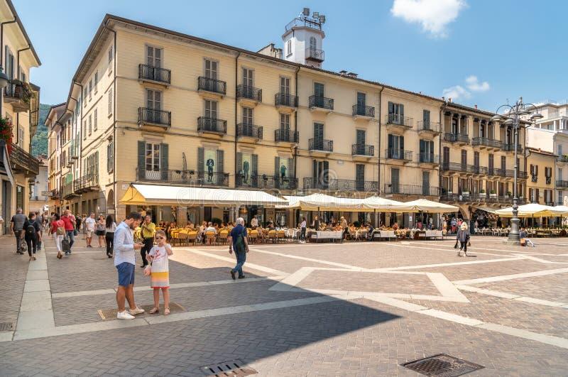 Ansicht des Duomoquadrats mit traditionellem italienischem Straßencafé in der historischen Mitte von Como, Italien stockbilder