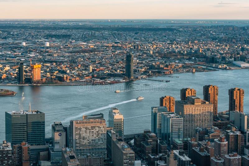 Ansicht des East Rivers und des Midtown Manhattans, in New York City lizenzfreie stockbilder