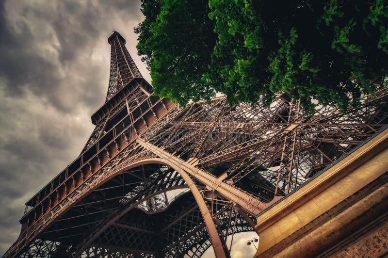 Ansicht des Eiffelturms in der Grungy drastischen Art, Paris lizenzfreie stockfotografie