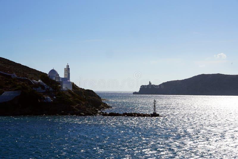 Ansicht des Eingangs zum Hafen von IOS mit seinem Leuchtturm und zur Kirche des Heiligen Irene stockfotos