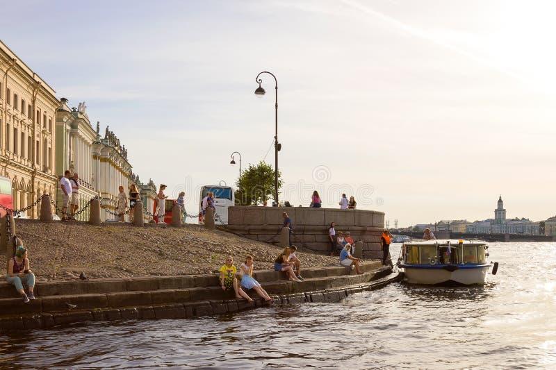 Ansicht des Einsiedlereipiers und des Palast-Dammes von Neva River in St Petersburg, Russland lizenzfreies stockfoto