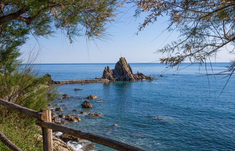 Ansicht des Felsens mit dem Kreuz im Dorf von Riva Trigoso, Provinz Ligurier Rivieras, Genua, Italien stockfoto