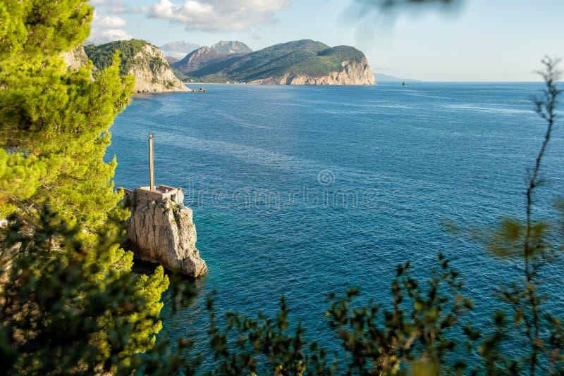 Ansicht des felsigen Kaps im beliebten Erholungsort von Petrovac Schön lizenzfreie stockfotos