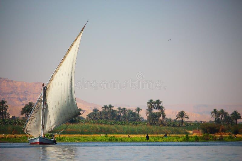 Ansicht des feluka Bootssegelns im Nil nah an Luxor-Hafen, Ägypten lizenzfreie stockfotografie