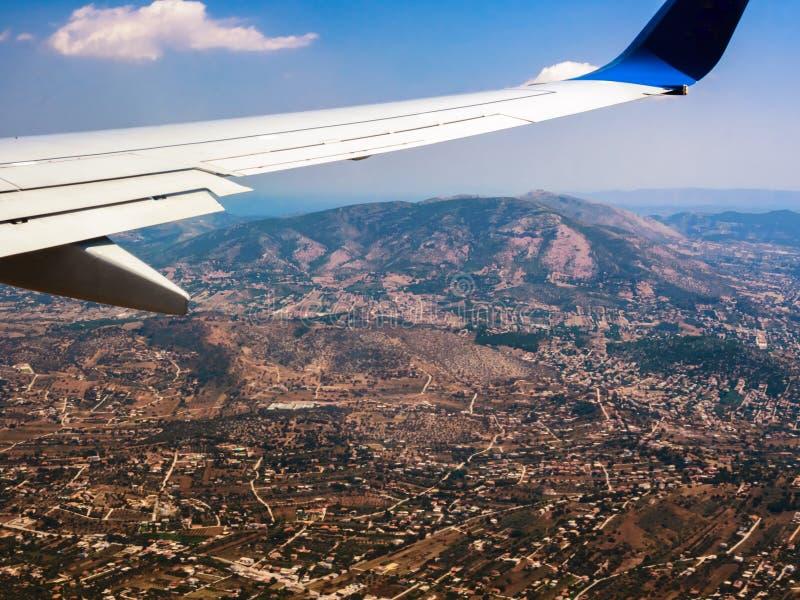 Ansicht des flachen Flügels gegen Berge, Hügel und Täler von Griechenland lizenzfreie stockfotografie