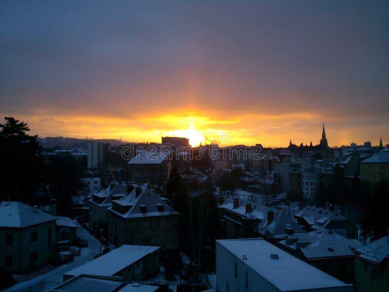 Ansicht des frühen Morgens der weckenden Stadt stockbilder