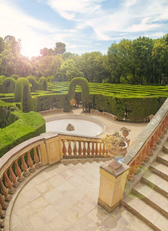 Ansicht des Gartens mit grünem Labyrinth vom Balkon lizenzfreies stockfoto