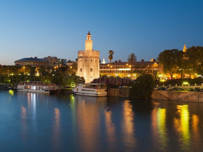 Ansicht des goldenen Kontrollturms von Sevilla, Spanien vorbei rive lizenzfreie stockbilder