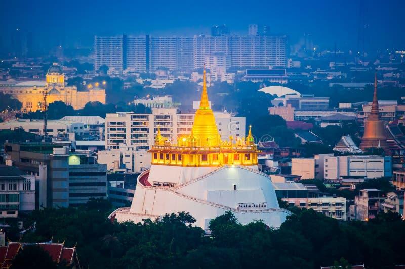 Ansicht des goldenen stupa an wat sra ket Tempel in der Dämmerung, Bangkok lizenzfreie stockfotos