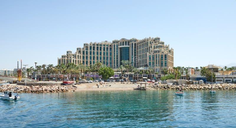 Ansicht des Golfs von Elat mit Luxusyachten Hotels für Touristenboote und -yachten für einen Feiertag lizenzfreie stockfotografie
