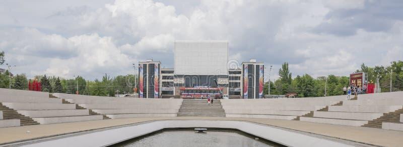 Ansicht des Gorky-Theaters vom Erinnerungsstele lizenzfreie stockbilder