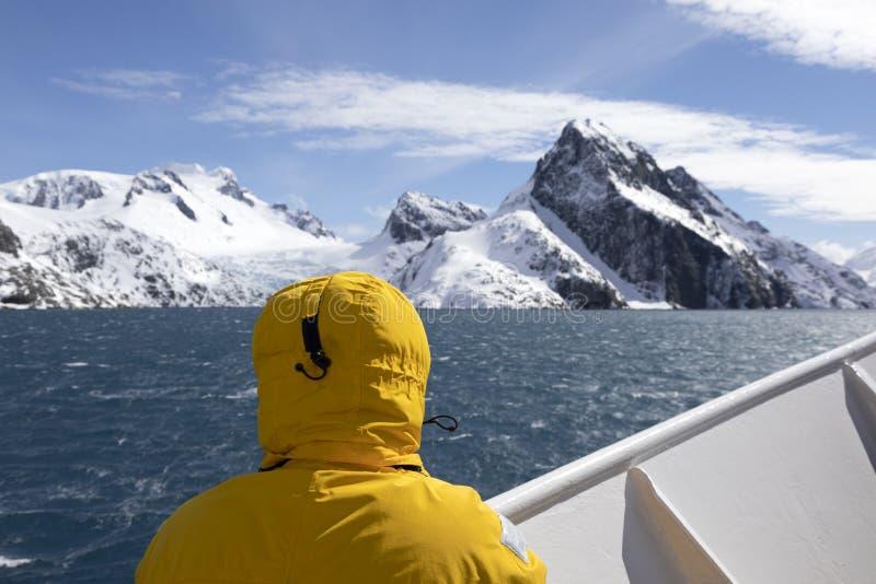 Ansicht des großartigen Drygalski-Fjords mit Schnee bedecktem Berg lizenzfreies stockfoto