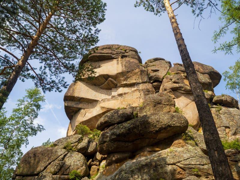 Ansicht des großväterlichen sonnigen Sommertages des Felsens lizenzfreie stockfotos