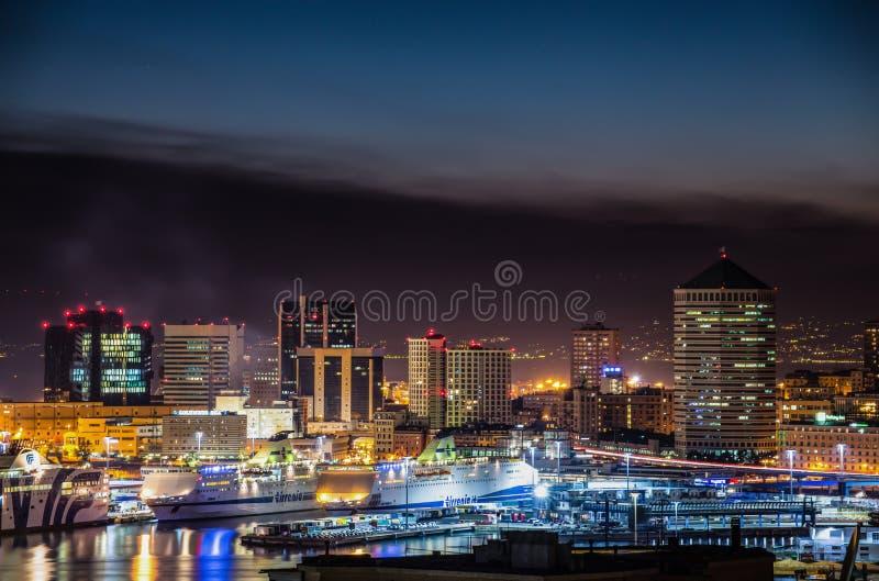 Ansicht des Hafens und der Gebäude von Genoa Genova, bis zum Nacht, Italien stockfotografie