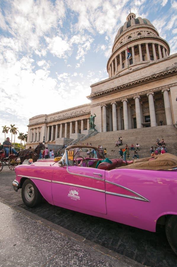 Ansicht des Havana-Kapitolgebäudes und des alten Autos stockbilder