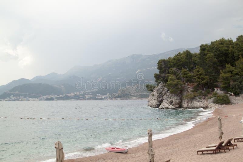 Ansicht des hervorstehenden Felsens im Meer im Park Milocer nahe lizenzfreie stockbilder