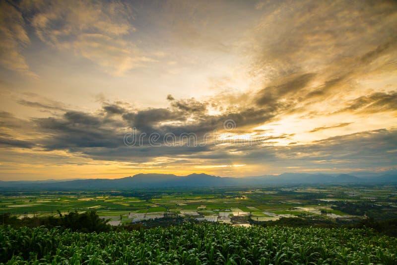 Ansicht des Himmels in der Dämmerung an den Sonnenuntergangzeitbergen Der Himmel herein stockfoto