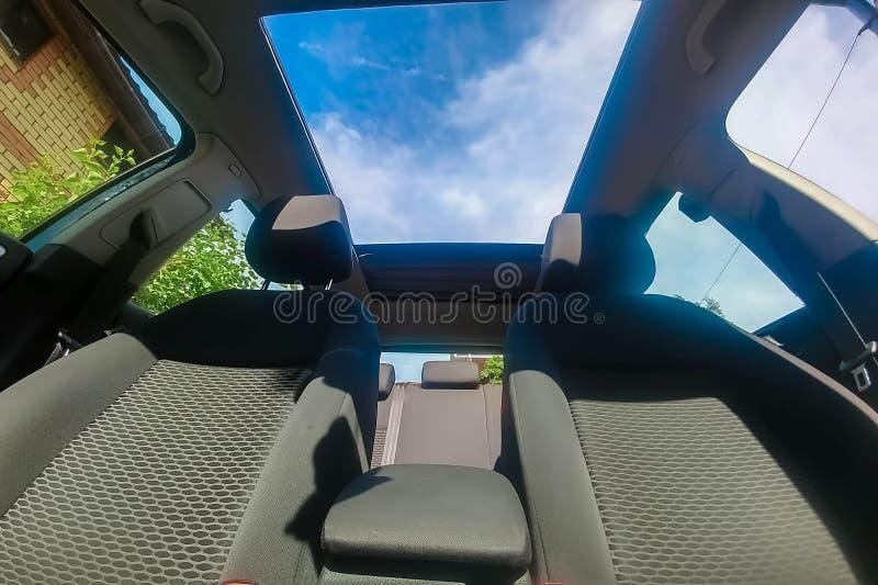 Ansicht des Himmels vom offenen Dach des Autos lizenzfreie stockbilder