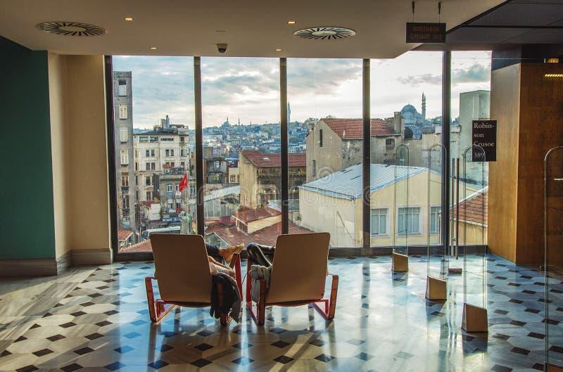Ansicht des historischen Teils von Istanbul mit Moscheen durch das Fenster von Salz Galata-Bibliothek stockbilder