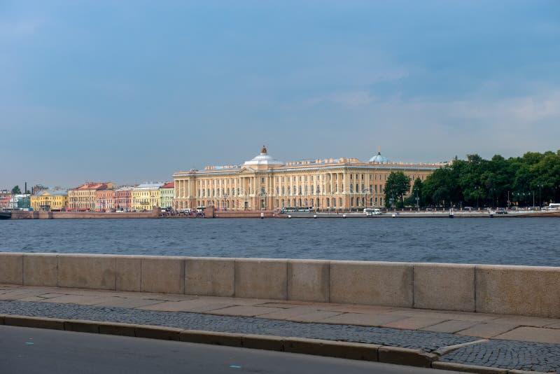 Ansicht des Hochschuldammes, 17 - St- Petersburgstaats-akademisches Institut der Malerei lizenzfreies stockfoto