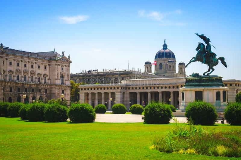 Ansicht des Hofburg-Palastes und der Statue des Erzherzogs Karl Ludwig an lizenzfreie stockfotos