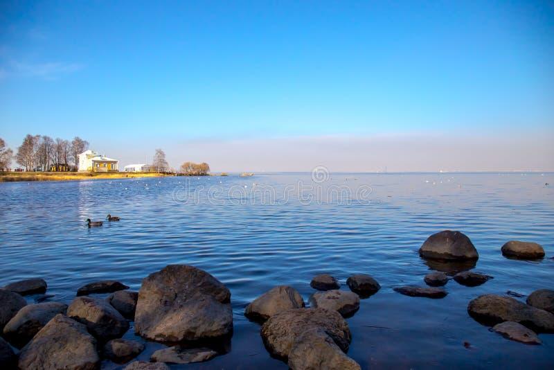 Ansicht des Horizontes des Finnischen Meerbusens mit einer Villa auf einer kleinen Insel im Peterhof-Museum Sonniger Tag des Fr?h lizenzfreie stockfotos