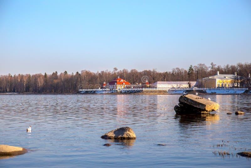 Ansicht des Horizontes des Finnischen Meerbusens mit einer Villa auf einer kleinen Insel im Peterhof-Museum Sonniger Tag des Fr?h lizenzfreie stockbilder