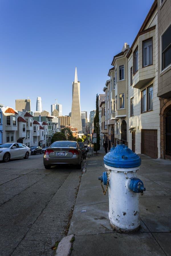 Ansicht des Hydranten und der Transamerica-Pyramide im Hintergrund, San Francisco, Kalifornien, die Vereinigten Staaten von Ameri lizenzfreies stockbild