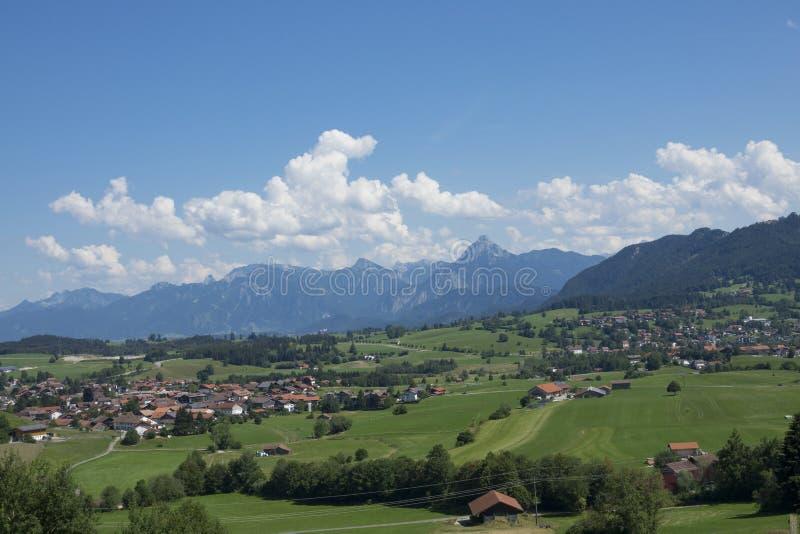 Ansicht des idyllischen Dorfs von Pfronten in Allgaeu, Bayern, Germa stockfotografie