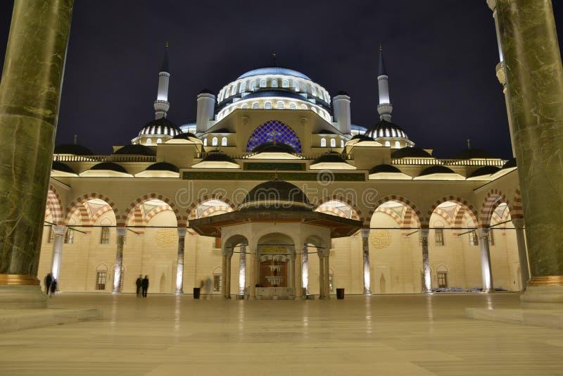 Ansicht des inneren Hofes der Camlica-Moschee lizenzfreies stockfoto