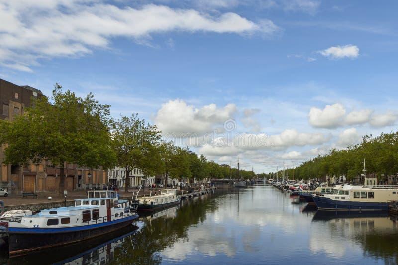Ansicht des Kanals mit Booten und schönen Gebäuden von Vlaardingen stockbild