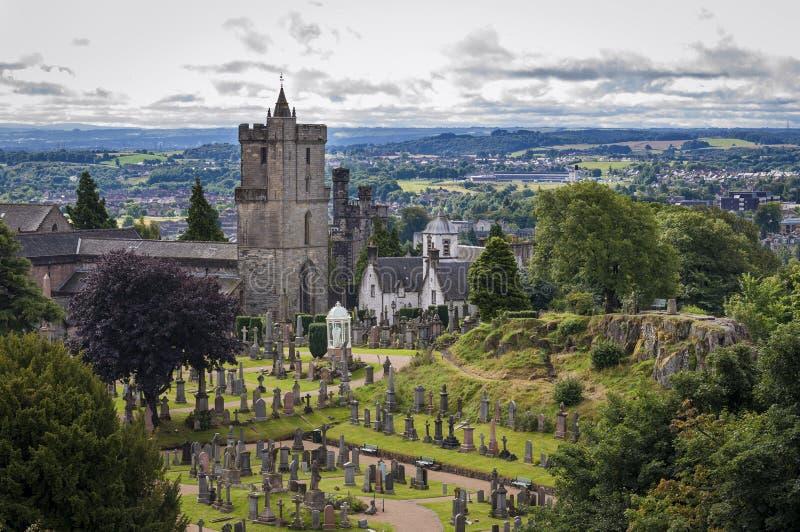 Ansicht des Kirchhofs hinter der Kirche vom heiligen unhöflichen, in Stirling, Schottland, Vereinigtes Königreich stockbild