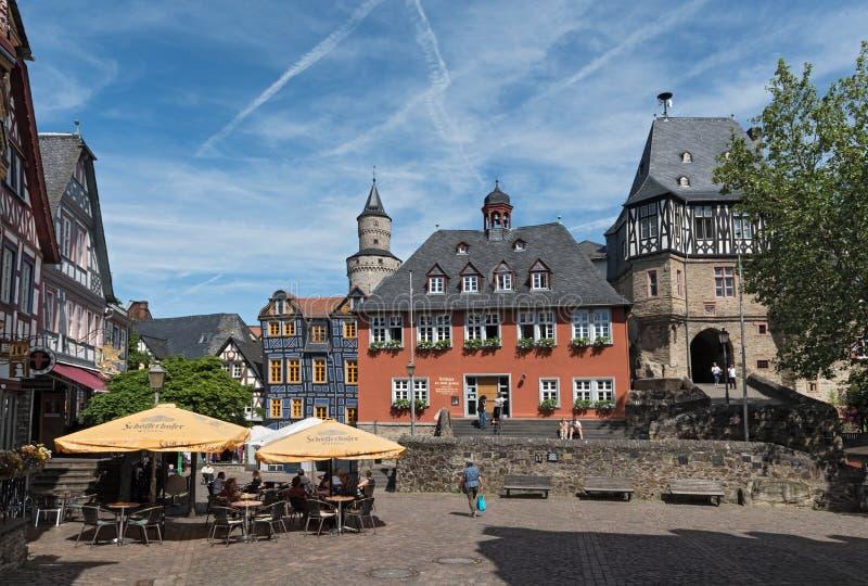 Ansicht des Koenig-Adolf-Platz mit Rathaus, Hessen, Deutschland stockbilder