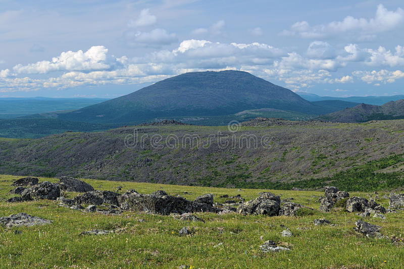 Ansicht des Kosvinskiy-Felsen-Bergs, Nord-Ural lizenzfreie stockbilder