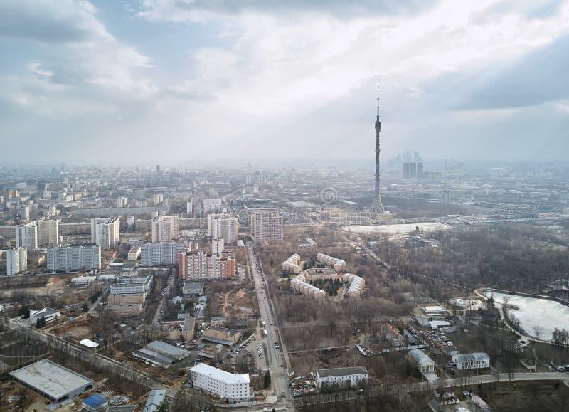 Ansicht des Kremls und des Moskau-Flusses Vogelperspektive von Ostankinsky-Bezirk und von Ostankino-Turm stockfotografie