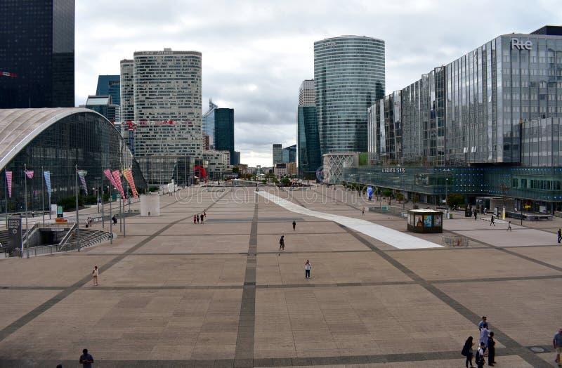 Ansicht des La-Verteidigungsgeschäftsgebiets Quadrat, Wolkenkratzer, Malle und Arc de Triomphe Paris, Frankreich, am 15. August 2 stockfotografie