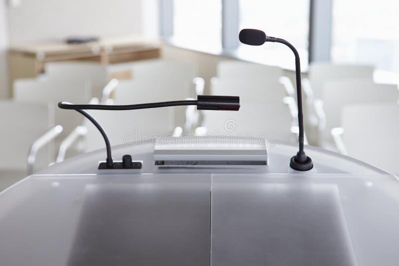 Ansicht des leeren Raumes vom Lesepult bei der Geschäftskonferenz lizenzfreie stockfotos