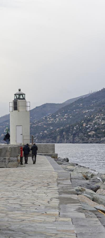 Ansicht des Leuchtturmes der Stadt von Camogli, Genoa Province, Ligur stockbild