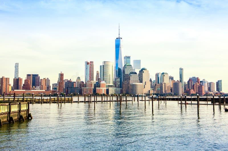 Ansicht des Lower Manhattan von Jersey City bei Sonnenuntergang, New York City, Vereinigte Staaten lizenzfreie stockfotos