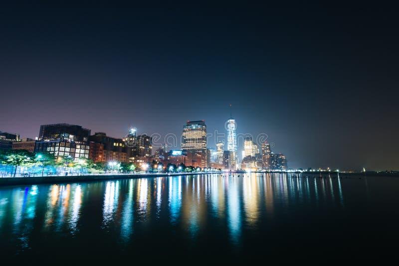 Ansicht des Lower Manhattan von Pier 34 nachts, in Hudson River P stockfotografie