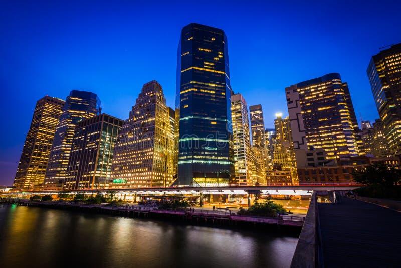 Ansicht des Lower Manhattan von Pier 15 nachts, in Manhattan, neu lizenzfreies stockfoto