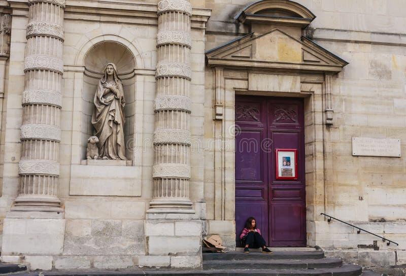 Ansicht des Mädchens an den enormen Holztüren zu Kirche Saint Etiennes DU-Mont, lateinisches Viertel, Paris Frankreich lizenzfreie stockfotografie
