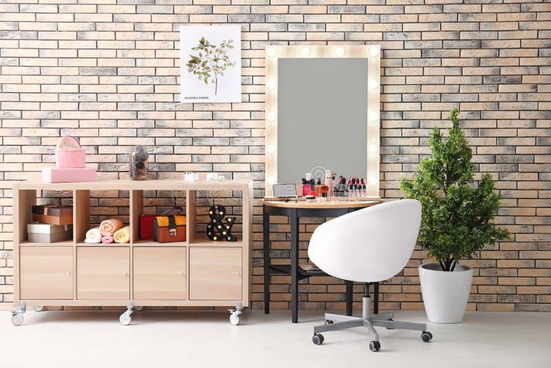 Ansicht des Make-upraumes mit dekorativen Kosmetik lizenzfreie stockfotografie
