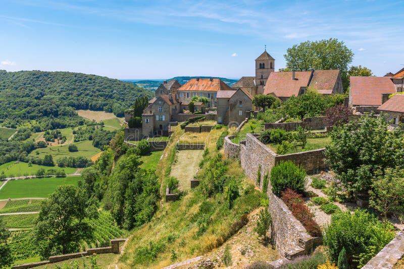 Ansicht des malerischen mittelalterlichen Dorfs im Tal stockfotografie
