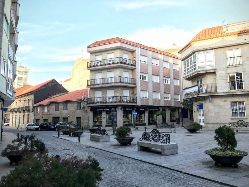 Ansicht des Marktplatzes mit Büschen und Bänke in Cambados Galizien Spanien stockbilder