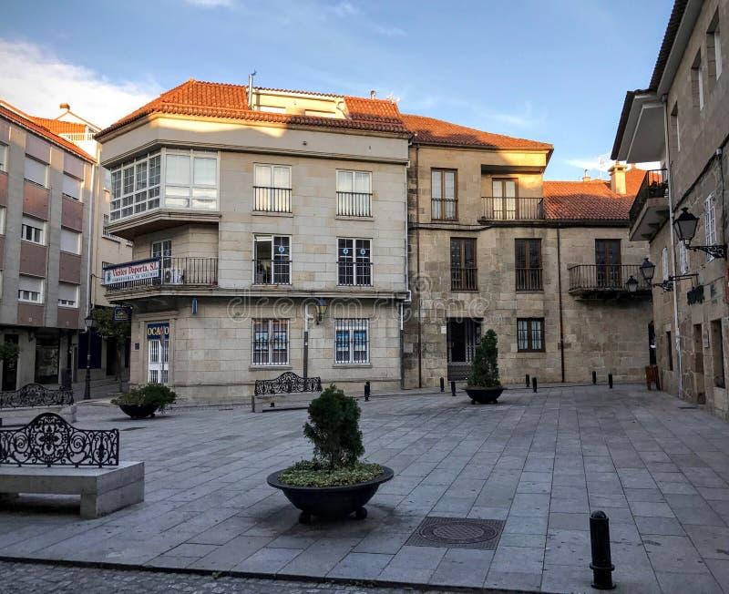 Ansicht des Marktplatzes mit Büschen und Bänke in Cambados Galizien Spanien lizenzfreie stockfotografie