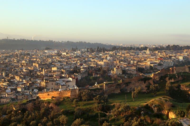 Ansicht des Medinas vom Hügel, in dem die Ruinen vom des Merenides Grab an der Dämmerung konserviert werden stockbild