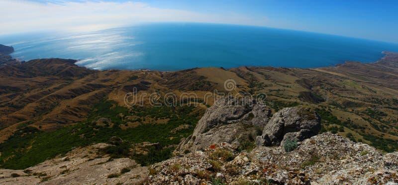Ansicht des Meeres von der Spitze des Berges stockbild