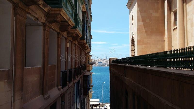 Ansicht des Meeres von einer Straße von Valletta lizenzfreie stockfotos
