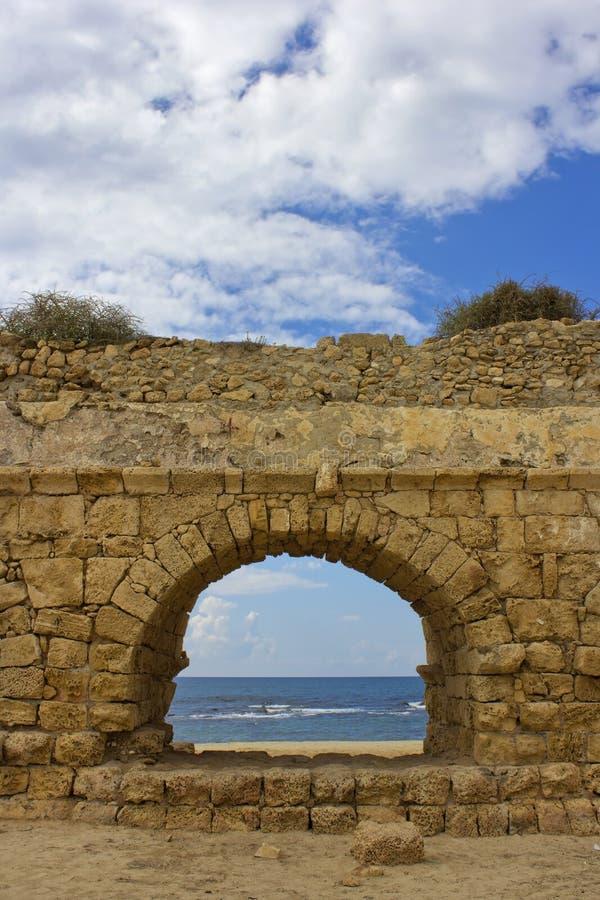 Download Ansicht Des Mittelmeeres Durch Einen Steinbogen Stockbild - Bild von ziegelstein, wolken: 27733577